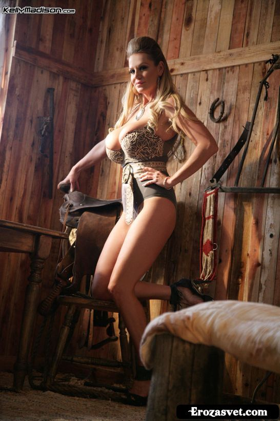 Снимки сисястой эро милашки Kelly Madison Rough Country