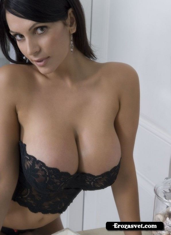 Опьяняющая красавица Denise Milani Bathroom эротик pictures